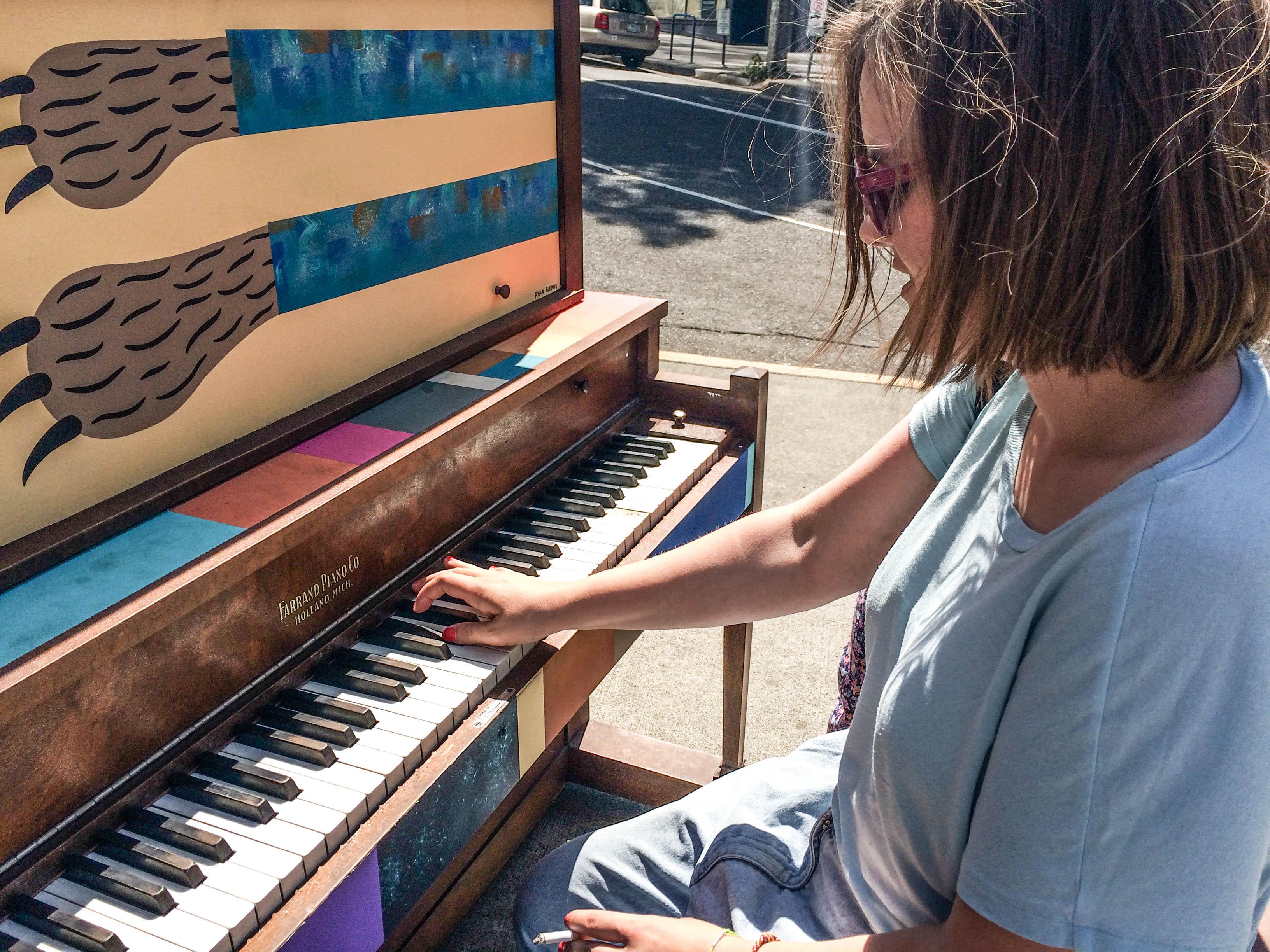 Nina am Klavier in Portland